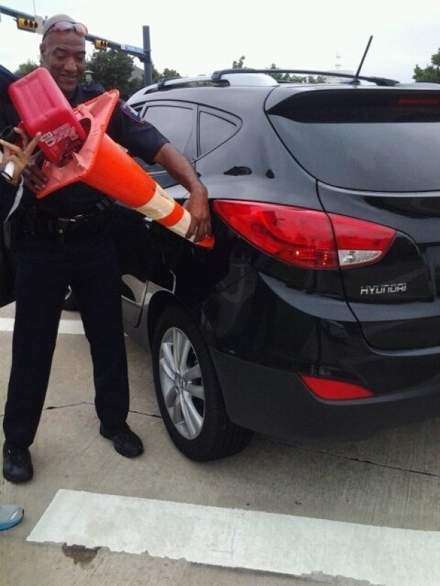 Pictures That Will Restore Your Faith In Humanity - 12. When this cop helped a driver who was out of gas.